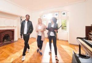 Un conseiller immobilier locatif fait visiter un investissement rentable